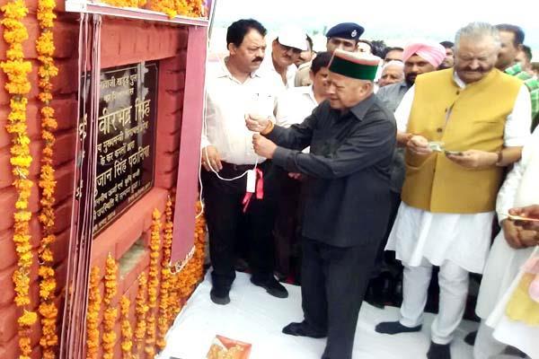 CM वीरभद्र ने बडूखर व शाहपुर को दिए करोड़ों के तोहफे