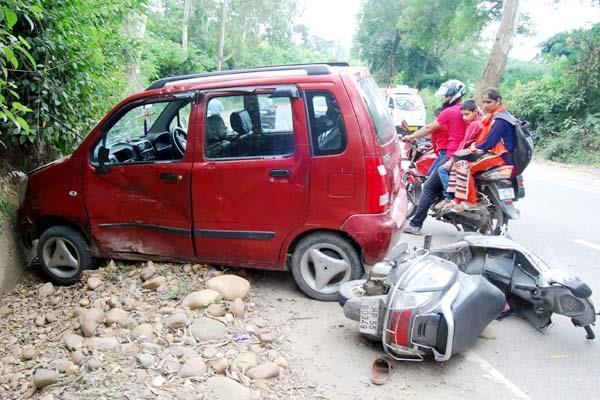 NH-70 पर हादसा : कार-स्कूटी में जबरदस्त टक्कर, 2 घायल