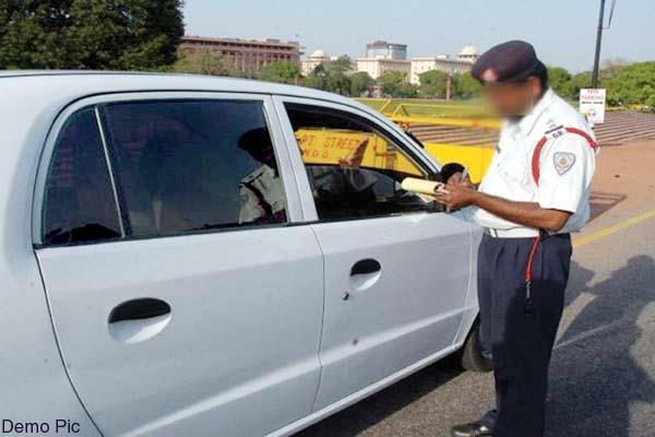 हिमाचल पुलिस का कारनामा, कार चालक का कर दिया बिना हैल्मेट का चालान