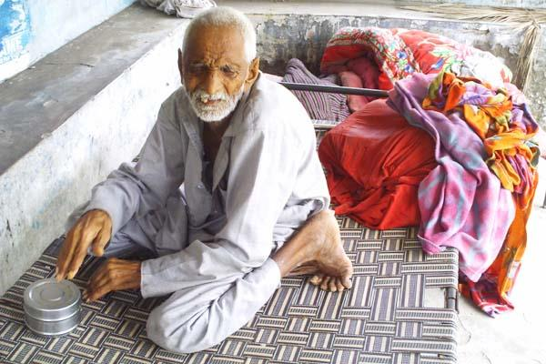 वर्षालय में दिन काट रहा 74 वर्षीय सुखदेव