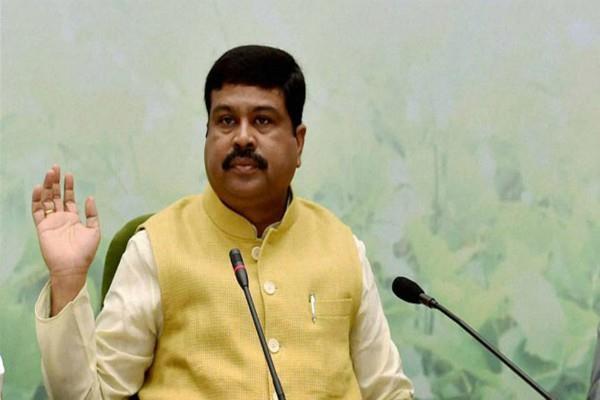 पैट्रोल-डीजल की बढ़ती कीमतों पर पैट्रोलियम मंत्री ने खड़े किए हाथ