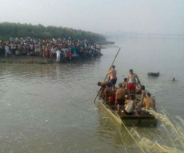 बागपत में नाव डूबने से 22 लोगों की मौत, बचाव कार्य जारी