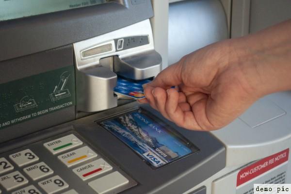 ATM कार्ड का नंबर पूछकर निकाली राशि, बैंक को हुआ जुर्माना