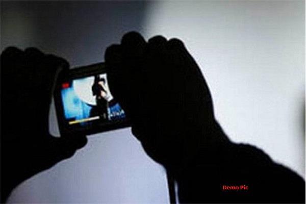 आपत्तिजनक फोटो वायरल करने की धमकी देकर 4 लाख मांगे