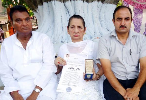 शहादत के 52 वर्षों बाद भी शहीद के परिवार के जख्म हरे,पत्नी ने अपने पैसों से बनवाया यादगारी गेट