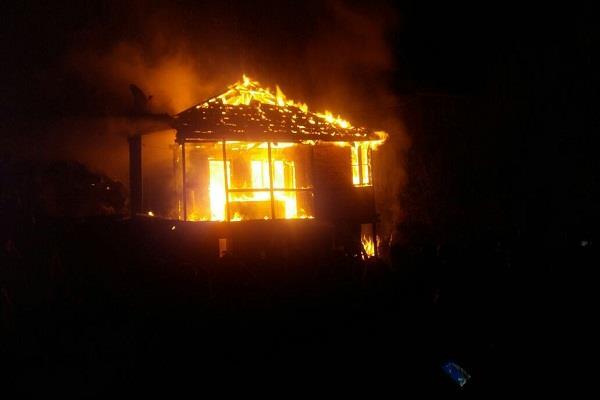 तस्वीरों में देखिए सिलेंडर फटने से भीषण हादसा, जिंदा जला एक व्यक्ति