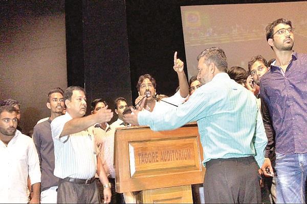 MDU में इनसो कार्यकर्ताओं का बवाल, नहीं सुनने दी पीएम मोदी के मन की बात