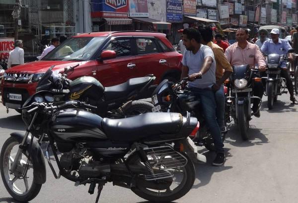 बीच बाजार 2 मोटरसाइकिलों ने लगा दिया आधा घंटा जाम