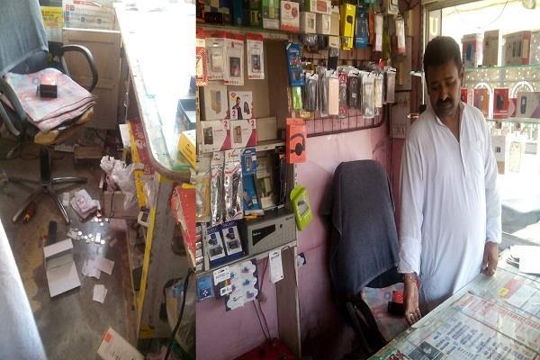 मोबाइल शॉप पर दिन-दिहाड़े चोरी