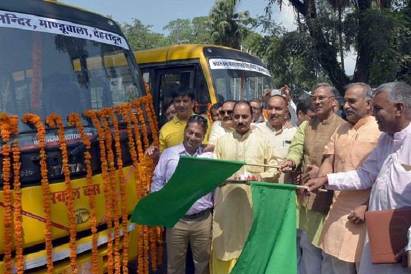 CM ने बसों को हरी झंडी देकर किया रवाना