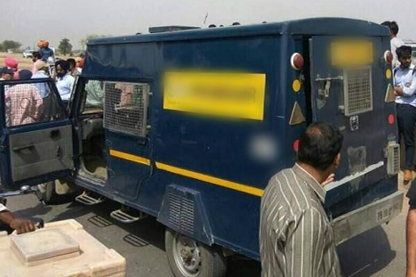 बिहार में बैंक वैन से बीस लाख की लूट
