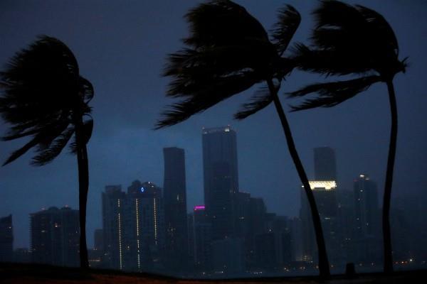 फ्लोरिडा के बड़े शहरों की ओर बढ़ा तूफान इरमा(Pics)