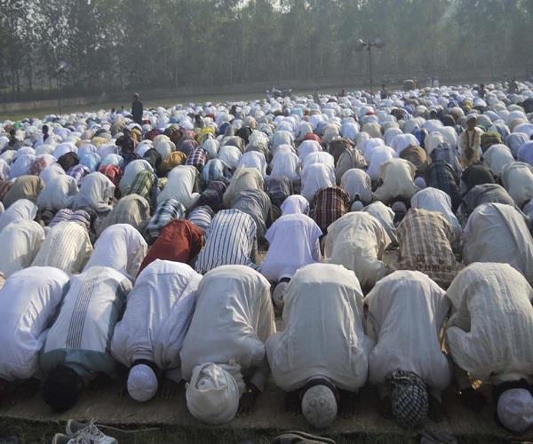वाराणसी में ईद की नमाज, देश में खुशहाली और अमन चैन की मांगी दुआ