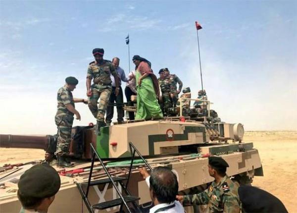 सेना की ताकत देखने जैसलमेर पहुंचीं रक्षा मंत्री, पाक सीमा के पास अर्जुन टैंक पर  हुईं सवार