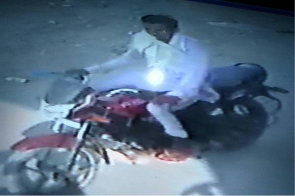 CCTV कैमरों में कैद होने के बावजूद भी पुलिस चोरों को पकडऩे में नाकामयाब
