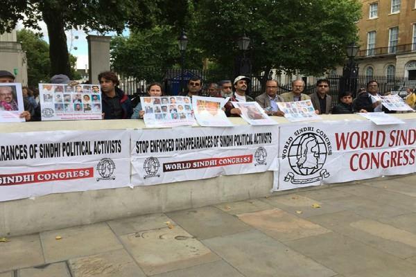 लंदन में PAK के खिलाफ बलूच और सिंधी कार्यकर्ताओं ने किया प्रदर्शन