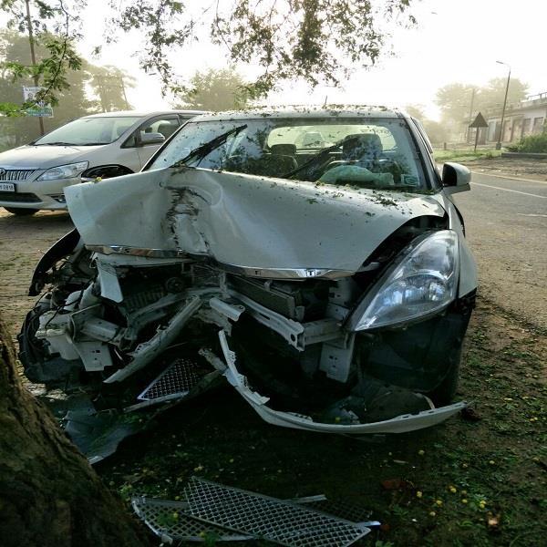 सत्संग सुनने जा रहे श्रद्धालुओं की कार वृक्ष से टकराई, 2 घायल
