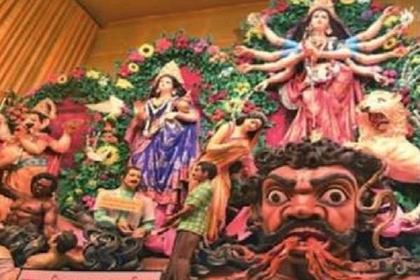 दुर्गा पूजा पंडाल में डॉक्टर को दिखाया महिषासुर, छिड़ा विवाद