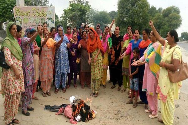आंगनबाड़ी वर्करों और हैल्परों का सरकार के विरुद्ध प्रदर्शन