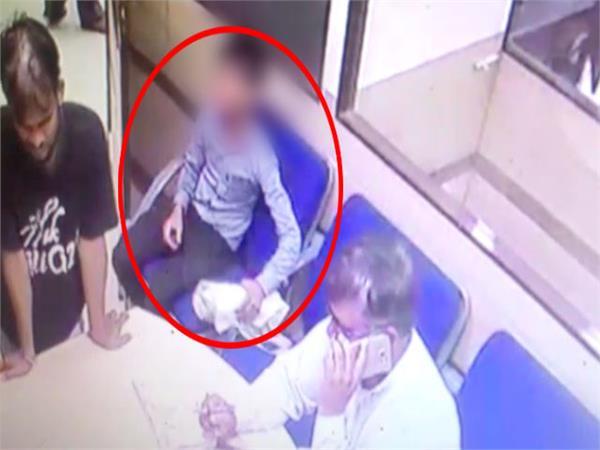 UP में बदमाशों के हौसले बुलंद , CCTV की निगरानी में उड़ा ले गए लाखों