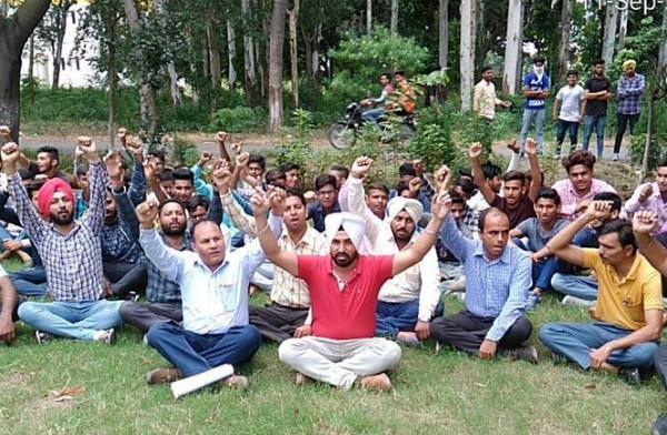 आई.टी.आई. के सीनियर सहायक के खिलाफ ठेका मुलाजिमों ने जताया रोष