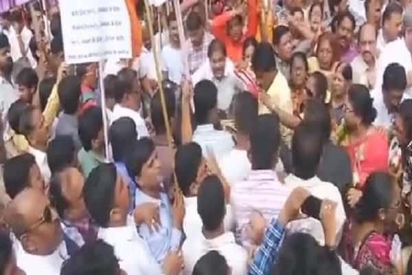 महंगाई के खिलाफ प्रदर्शन कर रहे शिवसेना के MP हिरासत में
