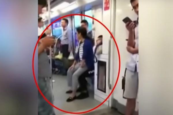 VIDEO: लड़के ने मेट्रो में नहीं दी बैठने के लिए सीट, महिला ने की चौंकाने वाली हरकत
