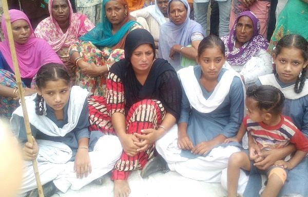 पुलिस की ढीली कार्रवाई से गुस्साए गांव वासियों ने किया पुलिस चौकी का घेराव