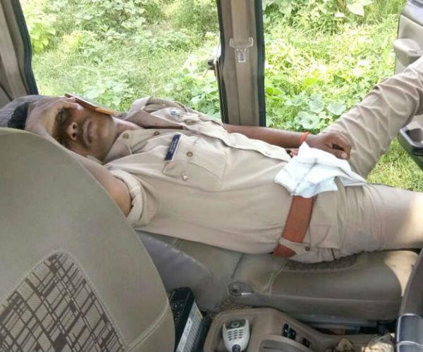 देखिए, योगीराज में कैसे ऑन ड्यूटी चैन की नींद सो रहा ये पुलिसकर्मी
