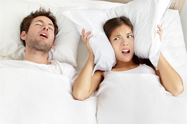 खर्राटों की आवाज में चैन की नींद लेने के लिए ट्राई करें ये उपाएं