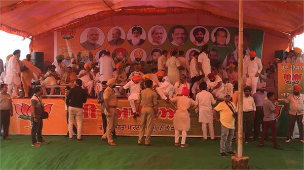 चुनाव जीतने के लिए भाजपा ने अकाली चुनाव चिन्ह तकड़ी रैली फ्लैक्स बोर्ड से हटाया