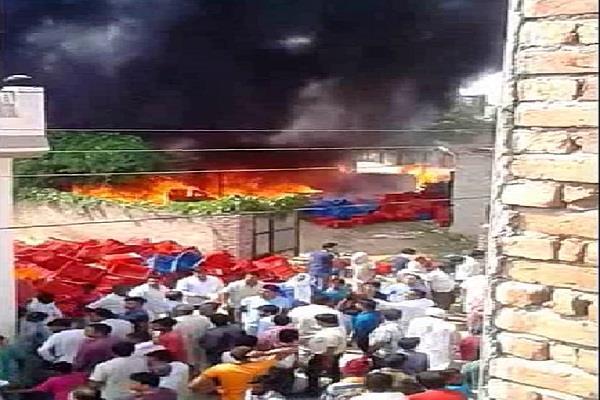 सब्जियों के गोदाम में लगी भीषण आग, लाखों का सामान जलकर राख