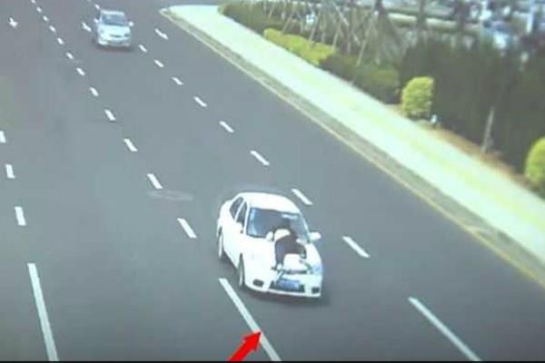 2 किलोमीटर तक दौड़ती रही तेज रफ्तार कार, देखें कैसे झूलता रहा पुलिसकर्मी