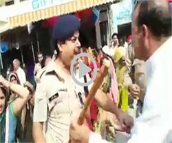 गाजियाबाद में DSP के साथ बदसलूकी, महिलाओं ने पकड़ा गिरेबान