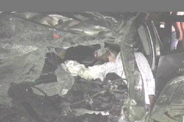 तेज रफ्तार कार ने ट्रक को मारी टक्कर, 4 युवकों की दर्दनाक मौत
