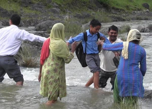 Watch Pics: बच्चों की मुश्किल तो देखो, शिक्षा के लिए जान दांव पर