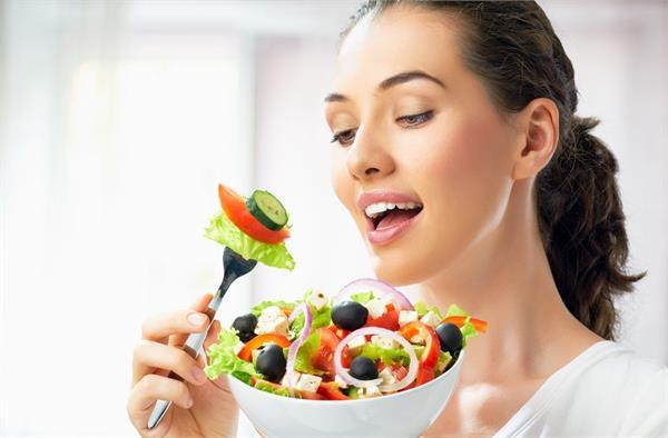 मजबूत बाल और हेल्दी त्वचा के लिए डाइट में शामिल करें ये आहार