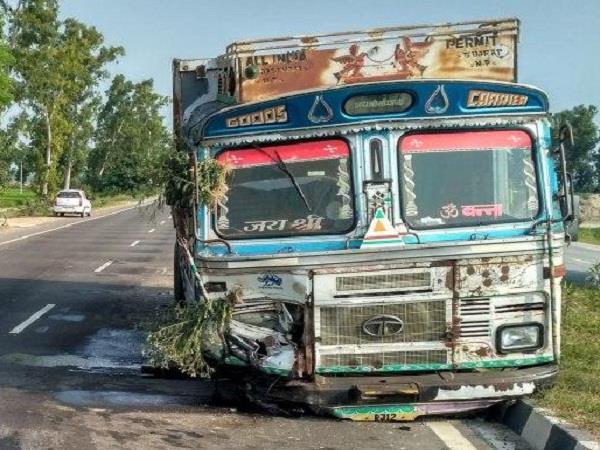 बोलैरो-ट्रक की भयानक टक्कर, 2 की दर्दनाक मौत