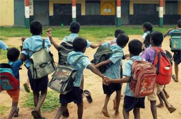 शिक्षा मंत्री के हलके में मंदिरों में चल रहे स्कूल