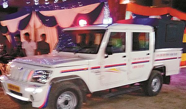 ओए छोटू, पंजाब पुलिस चलते समागम के पंडाल में गाड़ी के साथ ही एंट्री मारती है...