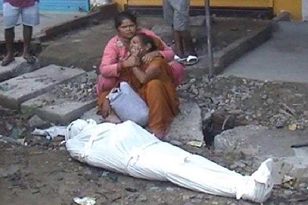 शर्मनाक: शव को बीच सड़क में छोड़ गई एम्बुलेंस, रात भर मदद की गुहार लगाती रही पत्नी
