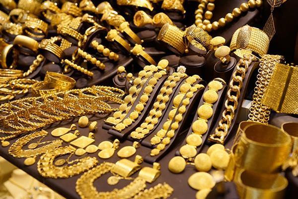 सोने-चांदी की कीमतों में भारी गिरावट, जानें 10 ग्राम की खरीद पर देने होंगे कितने दाम?