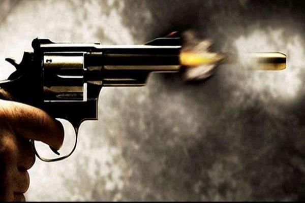 घरेलू कलह के चलते दोस्त और पिता को मारी गोली, घायल