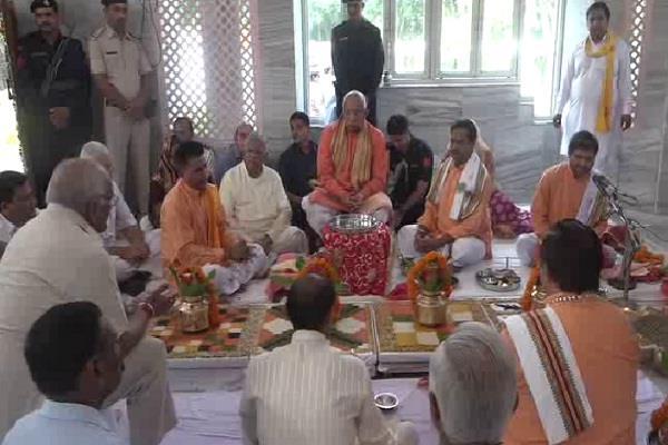 मां मनसा देवी के दरबार पहुंचे राज्यपाल सोलंकी, की प्रदेशवासियों के सुख-समृद्धि की कामना