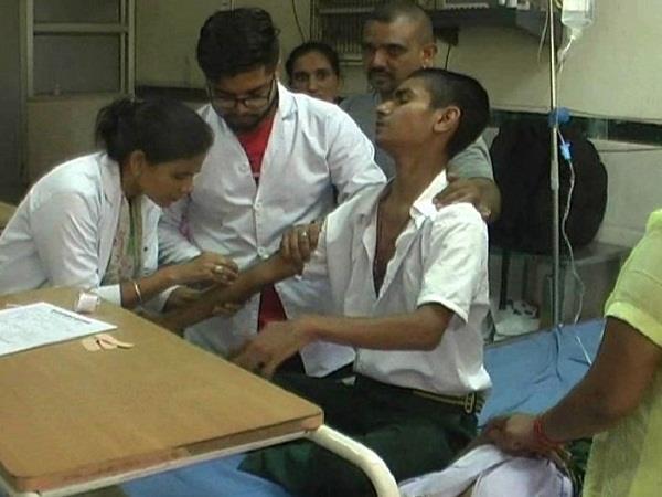 टीका लगते ही बच्चों का हुआ बुरा हाल, बिगड़ी हालत के बाद अस्पताल में भर्ती