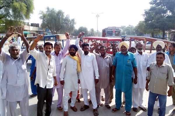 ई-रिक्शा चालकों ने यातायात किया ठप्प, राष्ट्रीय राज मार्ग लगाया धरना