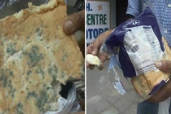 लोगों की सेहत से खिलवाड़, यहां नामी कंपनी की Bread में फंगस देखकर खरीददार के उड़े होश