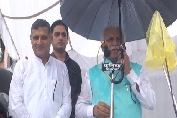 बारिश के बीच सीएम का यमुनानगर दौरा, छतरी थामे मंच से लोगों को किया संबोधित
