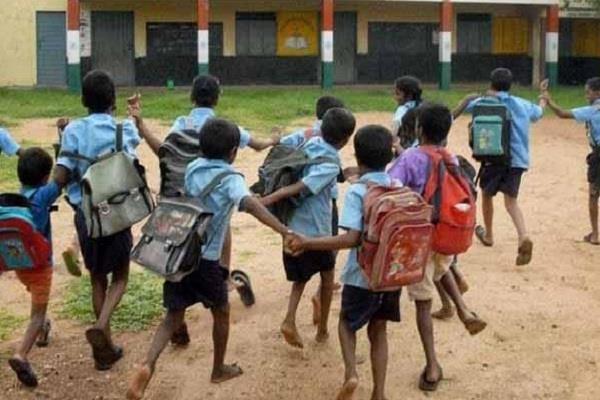 यहां सरकारी स्कूलों में हो रही गैर-कानूनी ढंग से वसूली
