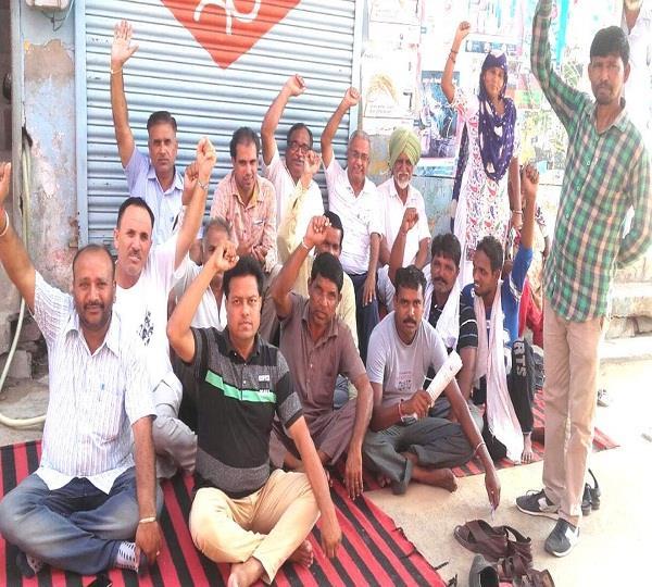 हड़ताली कर्मियों ने छुट्टी होने के बावजूद धरना देकर किया प्रदर्शन